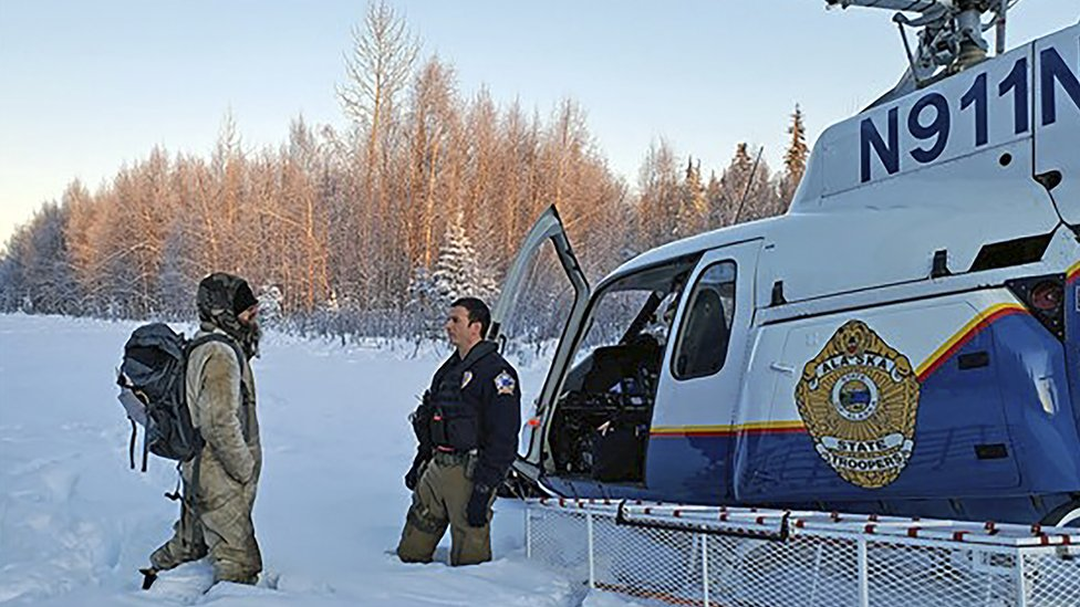 Los rescatistas con el helicóptero y Tyson Steele