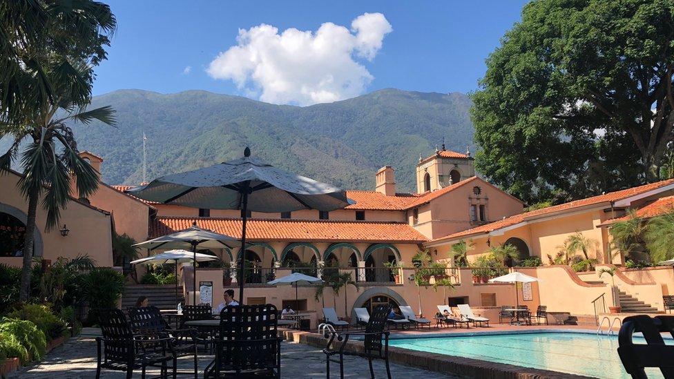 Casa club del Caracas Country Club y su piscina.