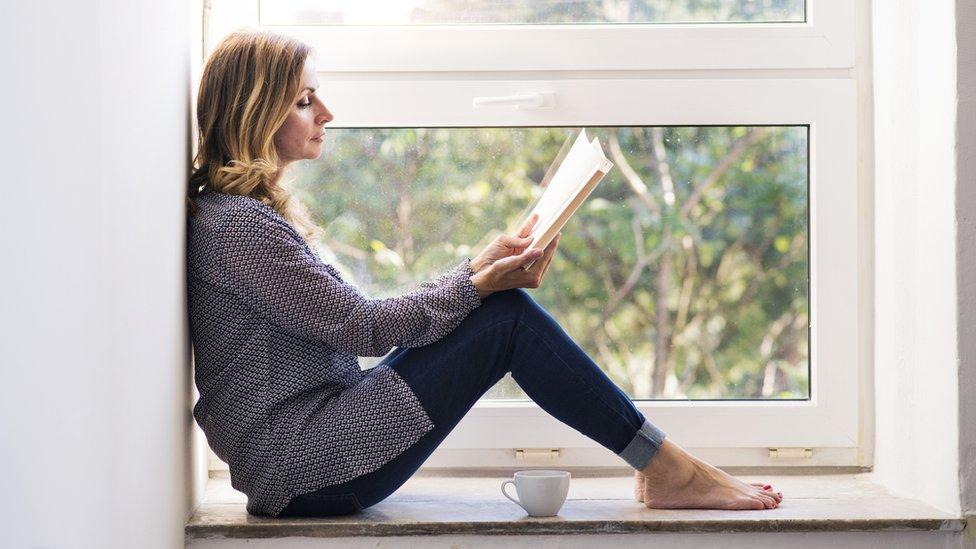 Una mujer leyendo un libro