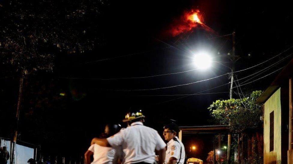 Los bomberos ayudaron a los residentes de los alrededores de Volcán de Fuego a evacuar la zona.