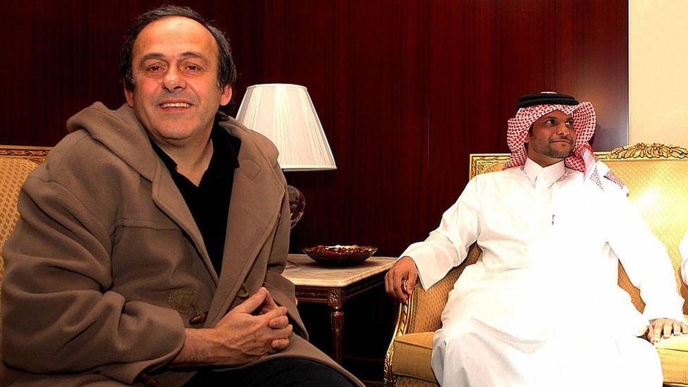 El expresidente de la FIFA, Michel Platini y el secretario general del Comité Olímpico de Qatar, Saoud bin Abdul Rahman Al-Thani, en una reunión en 2008.