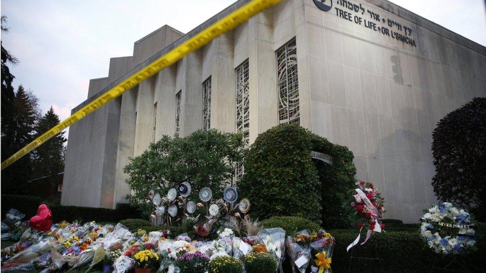 Cveće ispred sinagoge Drvo života u Pitsburgu