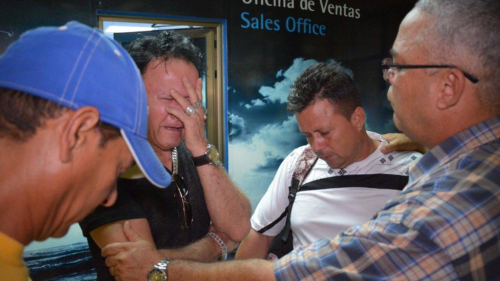 Familiares de los allegados en el aeropuerto de Holguín.
