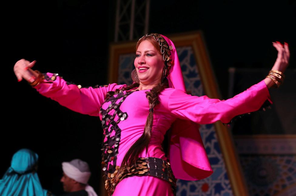 راقصة من فرقة رضا المصرية على مسرح دار الأوبرا في القاهرة الأربعاء.