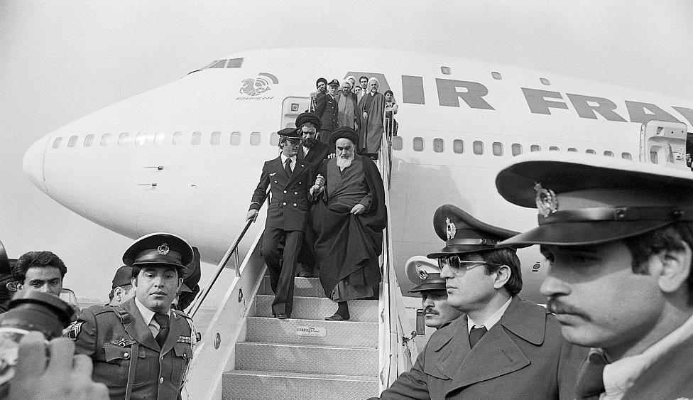 آية الله خميني يعود الى طهران بعد قضاء 15 عاما في المنفى برفقة مجموعة من حلفائه المقربين