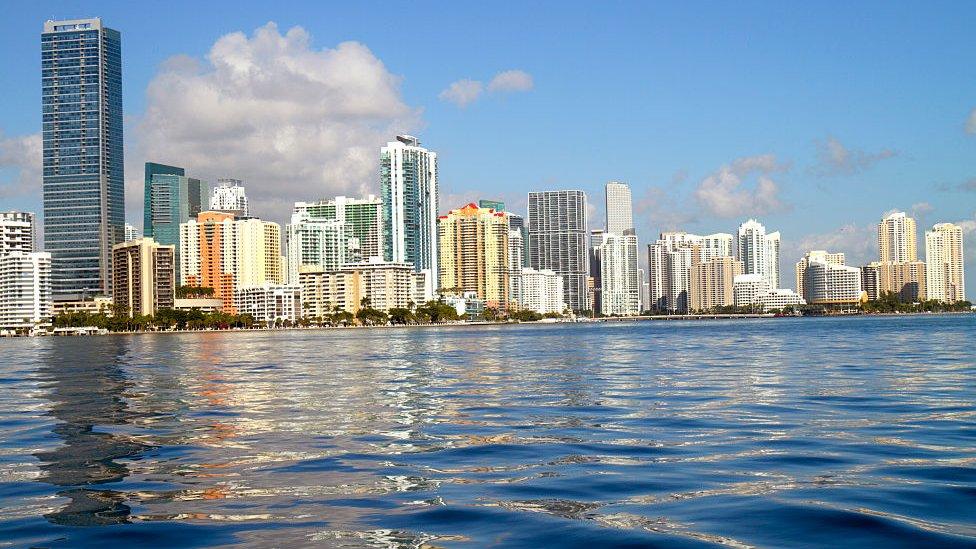 Vista de edificios en Brickell, bahía de Miami.