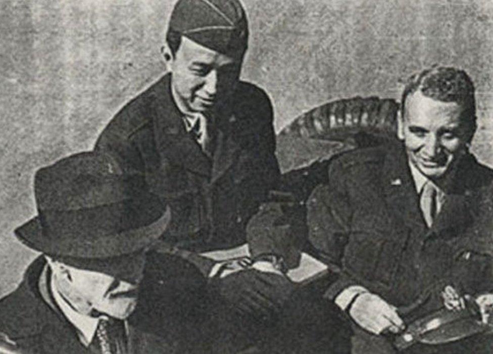 De izquierda a derecha: Ludwig Prandtl (científico alemán), Quian (con gorra de coronel del ejército de EE.UU.) y Theodore von Kármán.