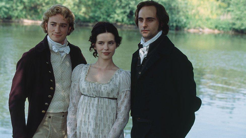 Los actores ingleses Raymond Coulthard, Kate Beckinsale y Mark Strong durante la producción de la adaptación cinematográfica para televisión de 'Emma' de Jane Austen, en 1996.