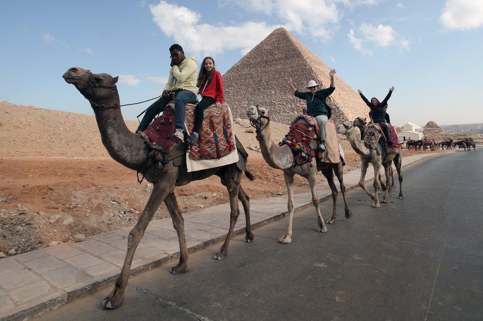 تعد إهرامات الجيزة من مواقع الجذب السياحي في مصر