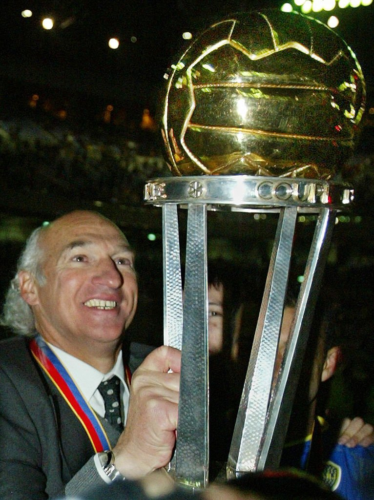 Bianchi con la Copa Intercontinental de 2003 tras la victoria de Boca Juniors sobre el Milan italiano.