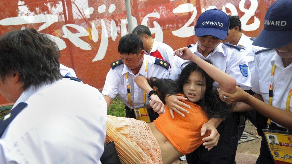 Seguridad llevándose a una manifestante