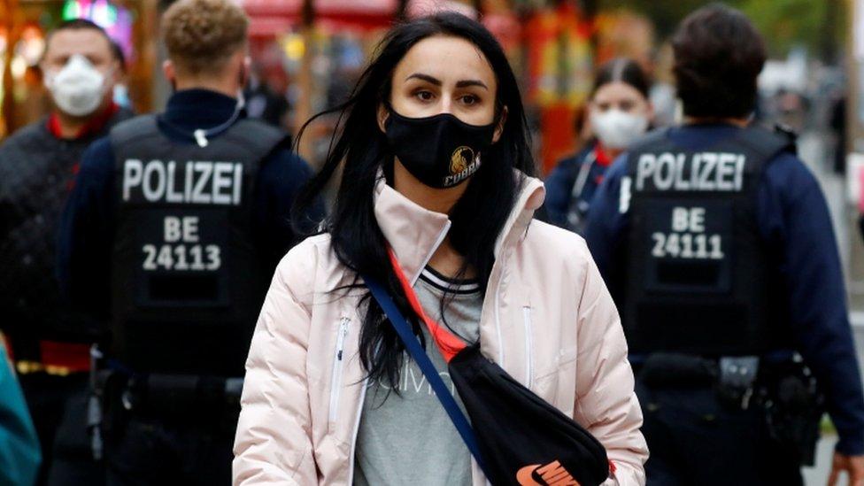 La Policía vigila el uso de la mascarilla en una calle comercial de Alemania.