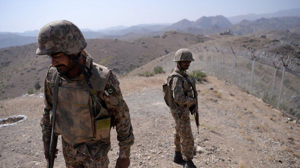 جنود باكستانيون على الحدود