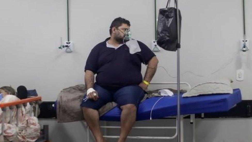 Un paciente en una sala improvisada en un hospital de Brasilia.