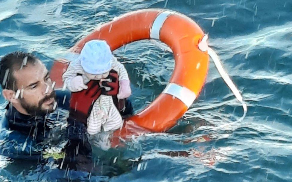Pengawal Sipil Spanyol telah merilis foto bayi yang diselamatkan dari laut di Ceuta.