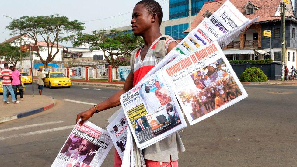 Un hombre vendiendo periódicos en Monrovia