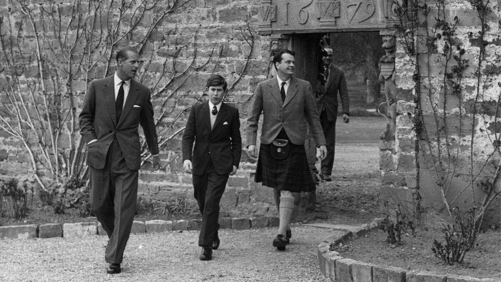 El príncipe Felipe y el príncipe Carlos en Gordonstoun