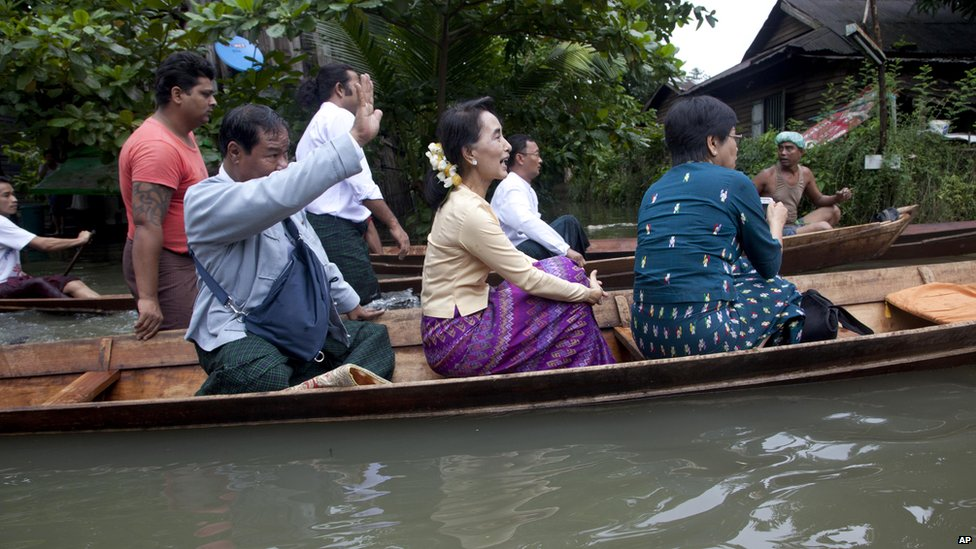 Burmese opposition leader Aung San Suu Kyi travels by boat to visit people stranded in Bago, north of Yangon (3 Aug 2015)