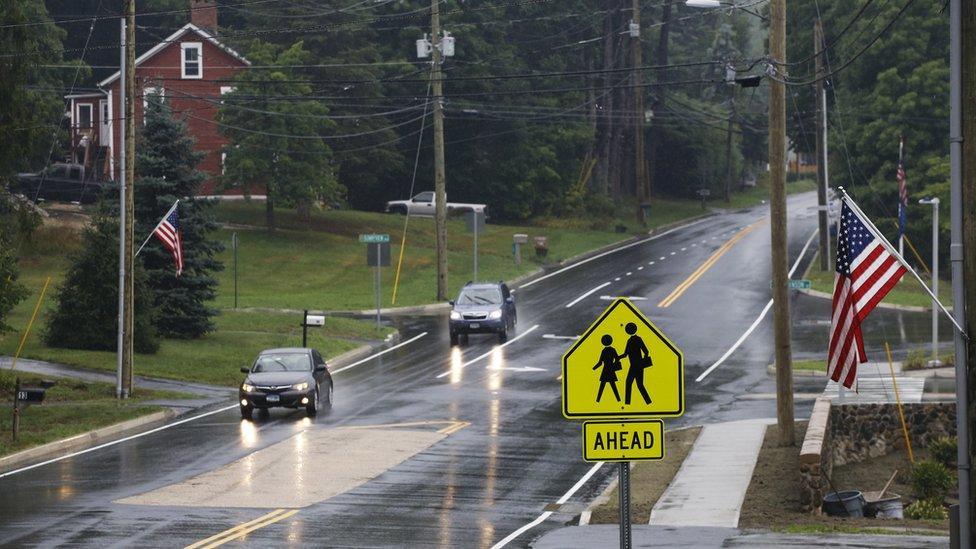 Muitos dos alunos atendidos pelo programa são responsáveis por se arrumar e caminhar sozinhos até a escola
