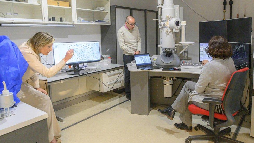 Laboratorio de análisis del coronavirus en el Centro Médico de la Universidad de Leiden
