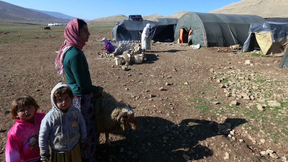يزيديون أمام خيمة على جبل سنجار عام 2014