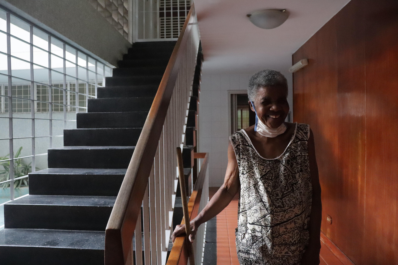 María en la escalera del edificio en el que trabaja.