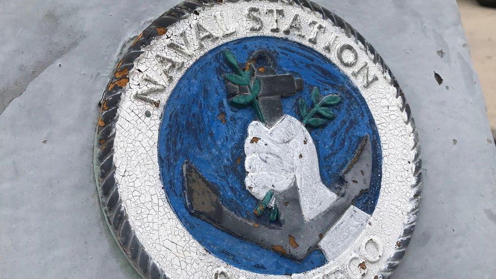 """Señal en la que se lee """"Naval Station""""."""