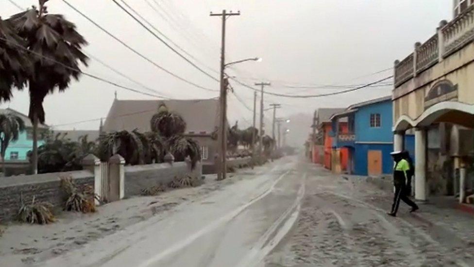 غطى الغبار والرماد الطرق والمباني في أنحاء الجزيرة