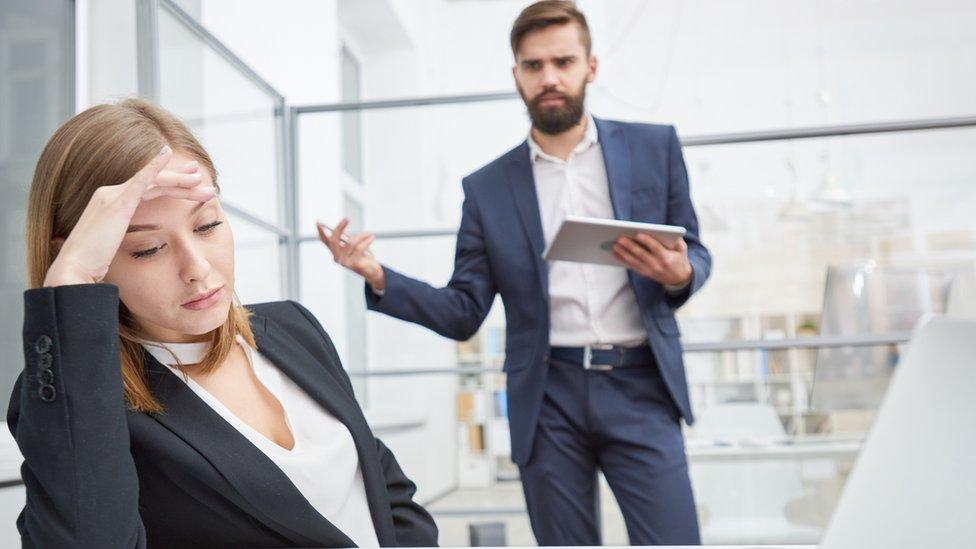 شخص يتحدث مع موظفة