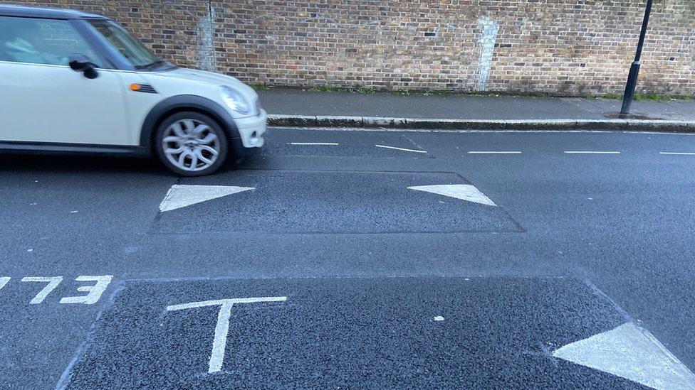 """Reductores de velocidad """"inteligentes"""" en una calle del este de Londres."""