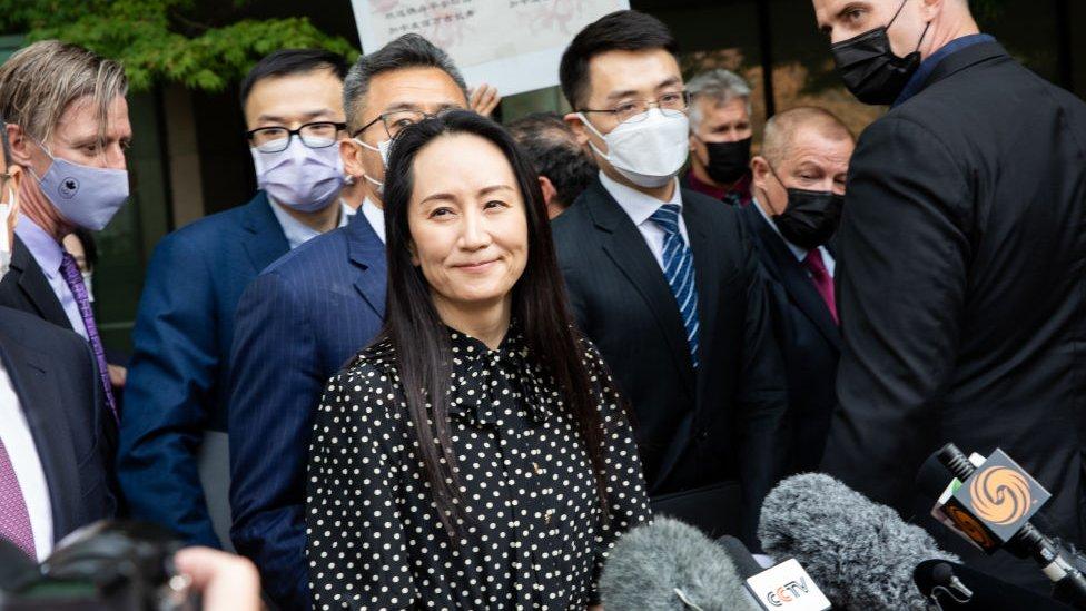 9月24日,孟晚舟獲釋離開溫哥華住宅時面帶笑容。