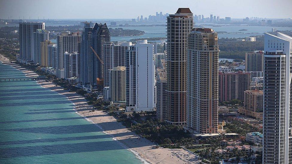 Torres de edificios modernos en Miami Beach