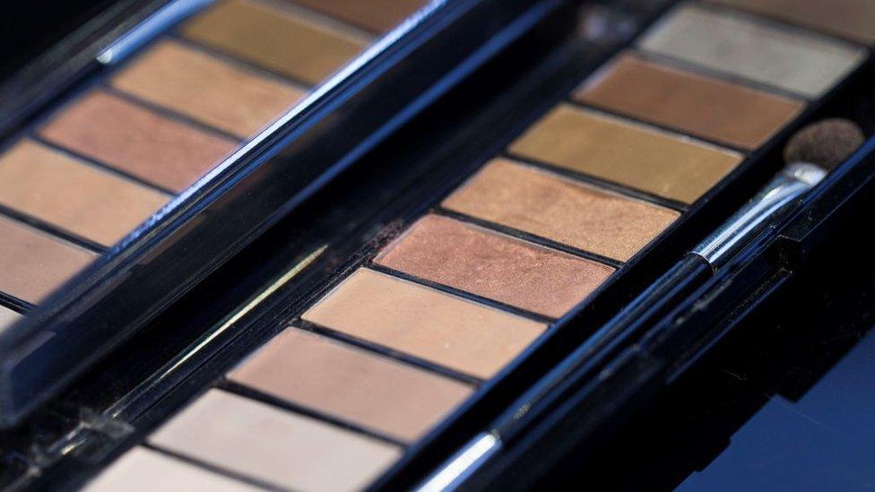 Kozmetik, pandemiye rağmen büyüyen sektörlerden biri. Kozmetik sektörünün Türkiye'de de dünyada da büyümesinin en büyük nedenlerinden biri ise sosyal medya. Kozmetik sektörünü Türkiye'deki diğer sektörlere göre farklı kılan etmenlerden biri de ithalat azalırken ihracatın artması.