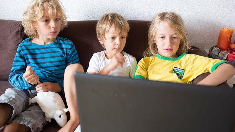 أطفال على الإنترنت