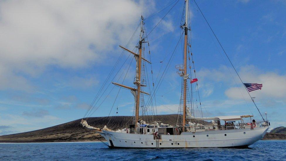Embarcación SSV Robert C. Seamans en la costa de la nueva isla en el Pacífico