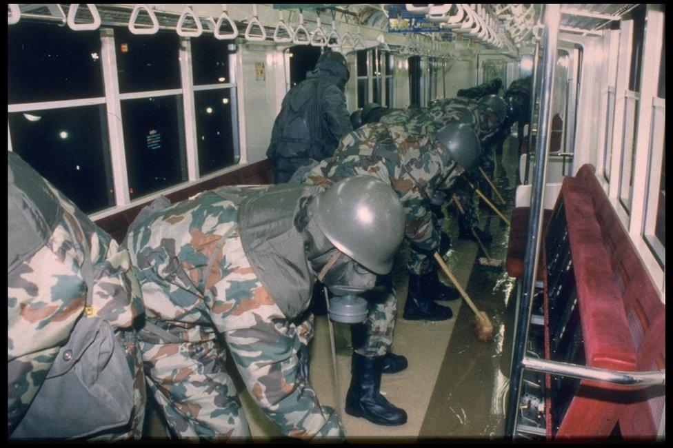 Las autoridades tuvieron que entrar protegidas con máscaras para limpiar el metro de restos del gas sarín utilizado.