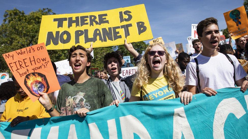 شباب في العاصمة الأمريكية يتظاهرون مطالبين بالمزيد من الخطوات لمحاربة التغير المناخي