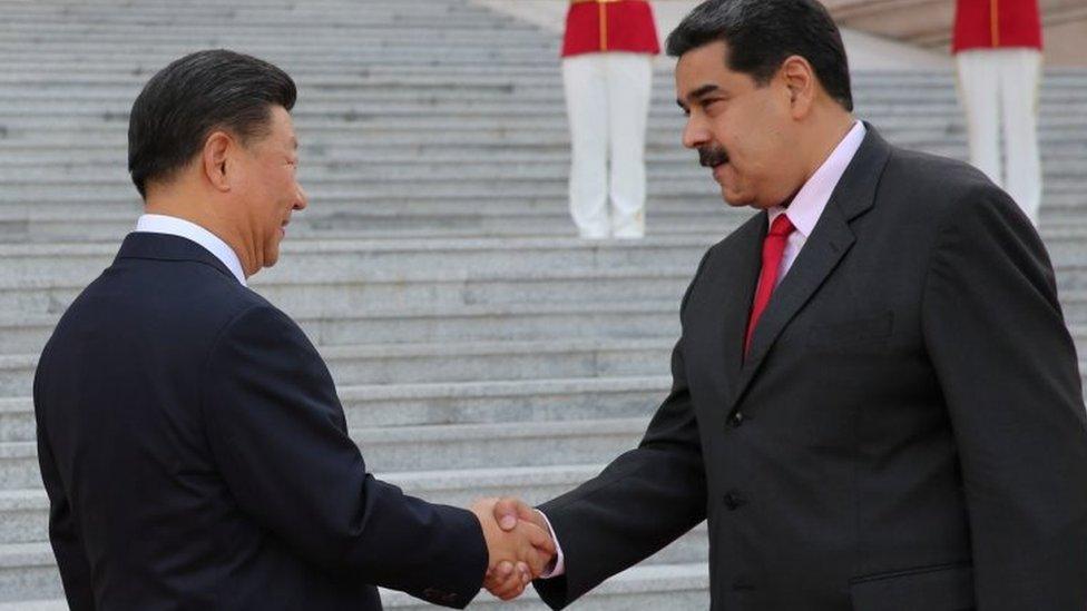 El presidente de China, Xi Jinping, y el presidente de Venezuela, Nicolás Maduro, se dan la mano durante una ceremonia de bienvenida en Pekín.