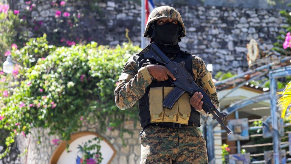 Soldado cerca de la residencia presidencial en Haití