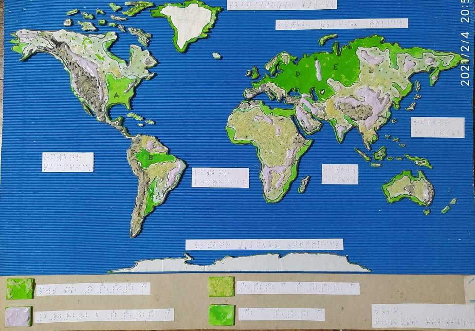 Planisferio en relieve con textos en braille creado por el profesor de geografía Gerardo Menéndez para Milagros