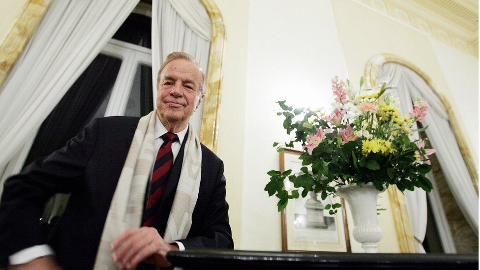 Italian film director Franco Zeffirelli poses at the British Embassy in Rome before receiving the medal of knighthood from the British ambassador to Italy, 24 November 2004.