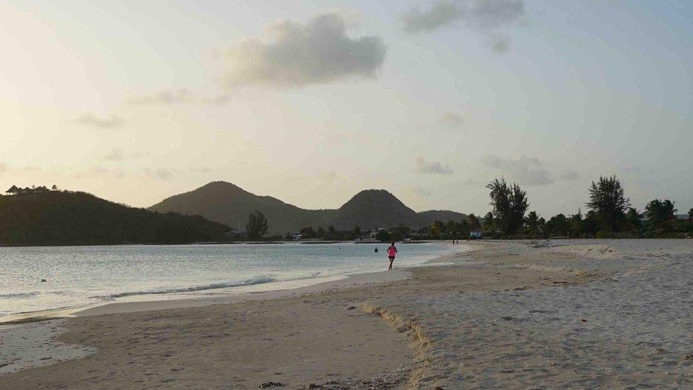 Prazna plaža na Antigvi