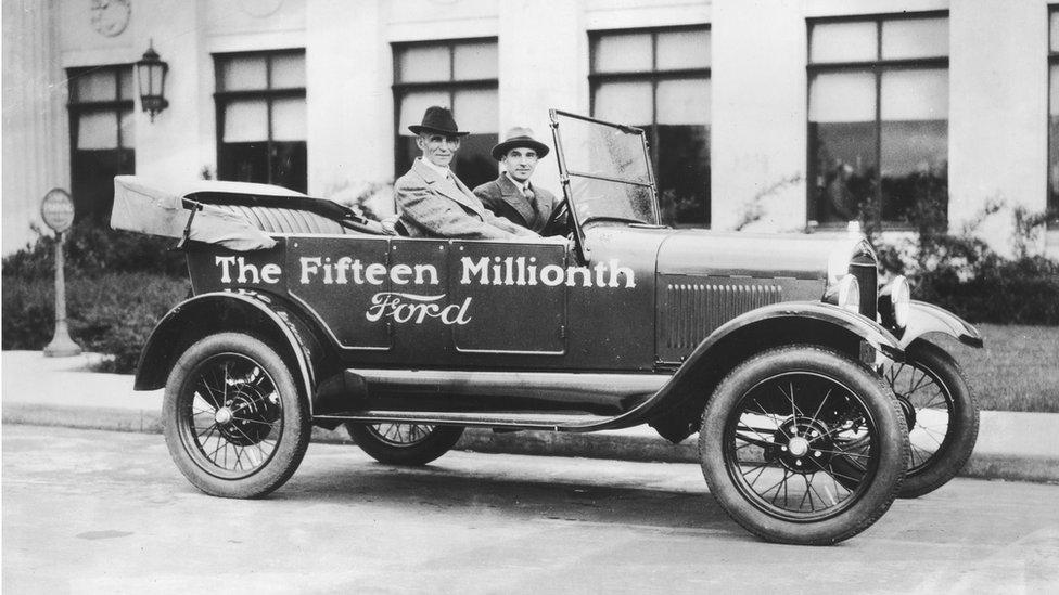 """Генри Форд, его сын Эдсел (за рулем) и 15-миллионный """"форд Т"""""""
