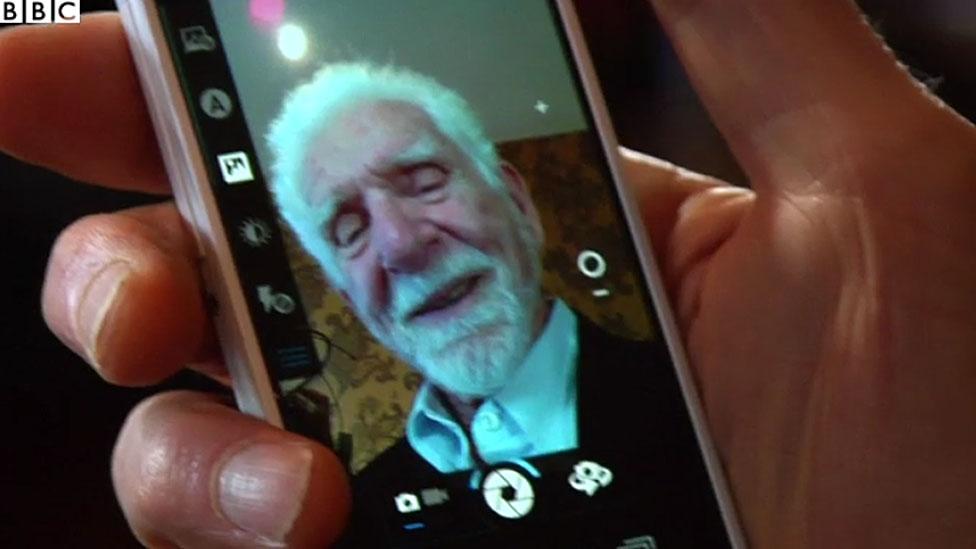 Cara de Cooper en celular moderno