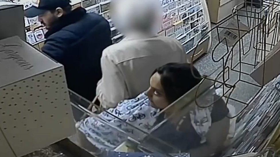 Woman, 86, suffers heart attack after purse theft