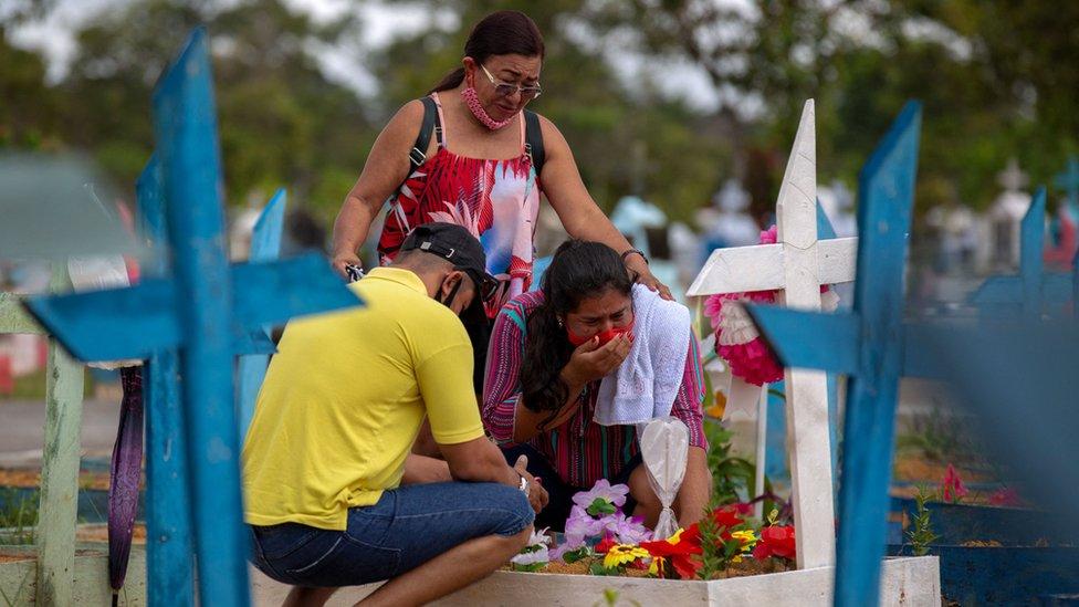 Varias personas en un cementerio en Manaos.
