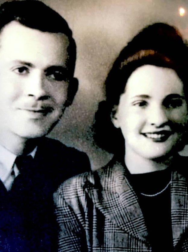 Daglas i Agnes Džons - Robinovi biološki roditelji