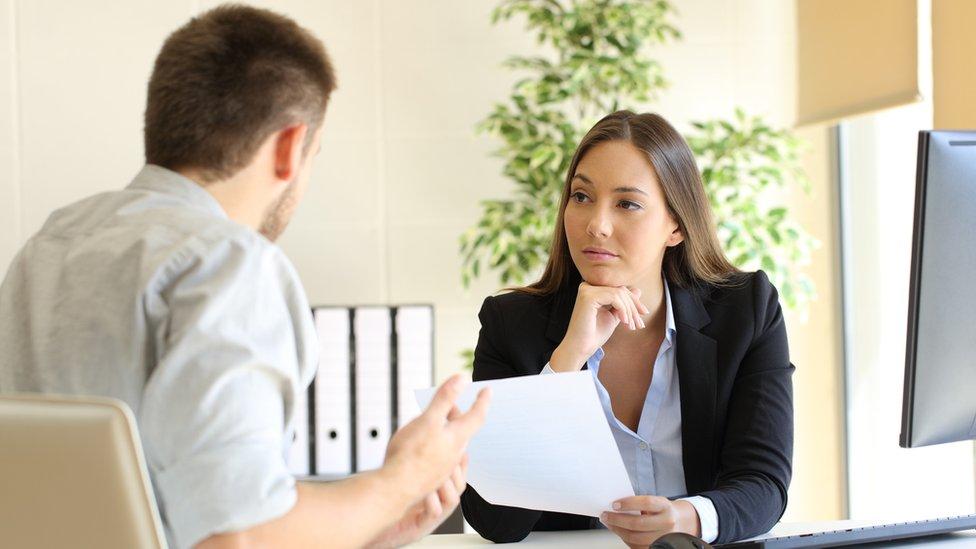 Un hombre y una mujer en una entrevista de trabajo (foto genérica)