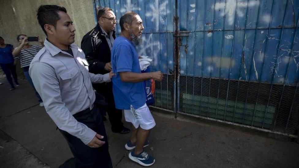 Alex Vanegas siendo detenido