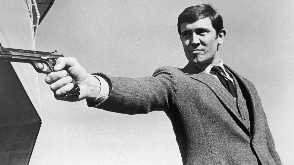 Džordž Lejzenbi kao Džejms Bond